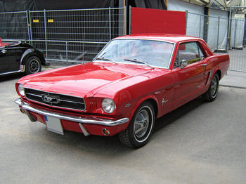 1280px-1965_Ford_Mustang_2D_Hardtop_Front.jpg